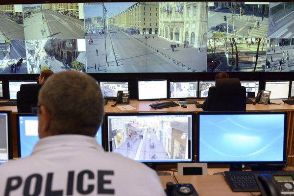 Archives. Un policier surveille les écrans dans la salle de video-surveillance de la ville de Marseille (Bouches-du-Rhône).