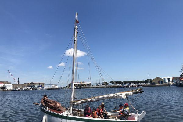 Le Va Pas Trop Vite dans le bassin de Saint-Nazaire, avec son capitaine, son second, un parent accompagnateur et trois enfants du Petit Maroc