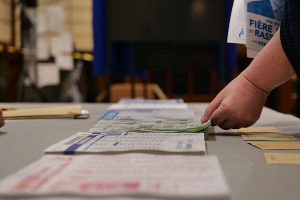 Bulletins disposés dans un bureau de vote - Illustration