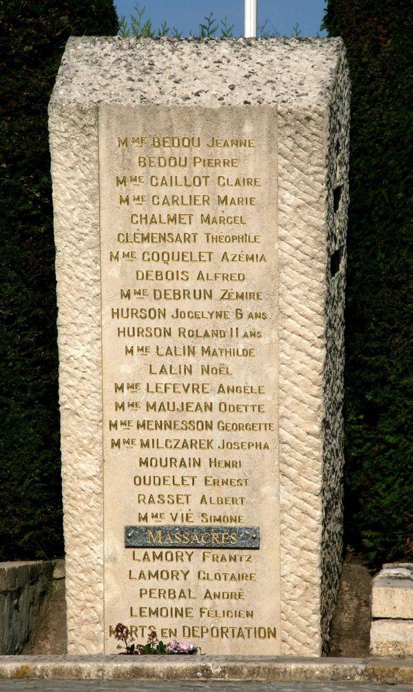 Le noms des victimes du massacre de Tavaux gravés sur une stèle commémorative dans le village de l'Aisne