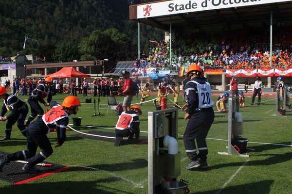 La première épreuve consistait en une course d'obstacles où les participants devaient assembler des tuyaux ou encore faire des nœuds