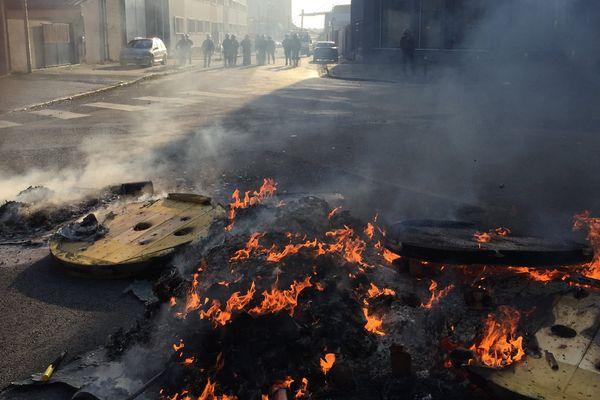 Des pneus et du matériel brûlés à Lorient pendant une manifestation contre la réforme du travai