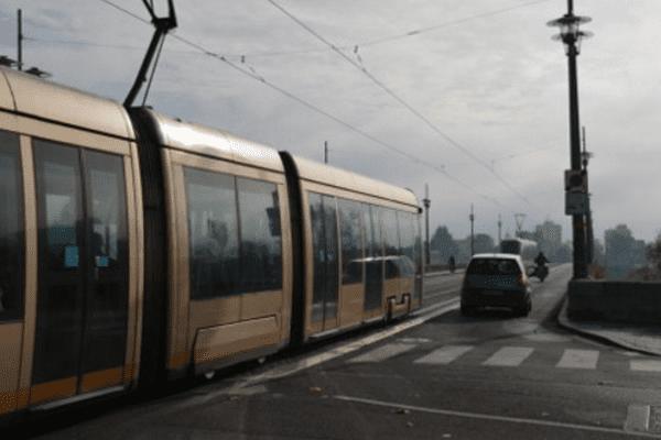 Tramway sur le pont Georges V à Orléans (Loiret)
