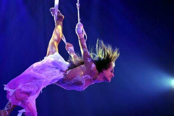 """""""Douceur en apesanteur"""". Sangles dans les airs avec Adèle Fame lors de la Tournée 2015 des 30 ans du cirque Arlette GRUSS"""