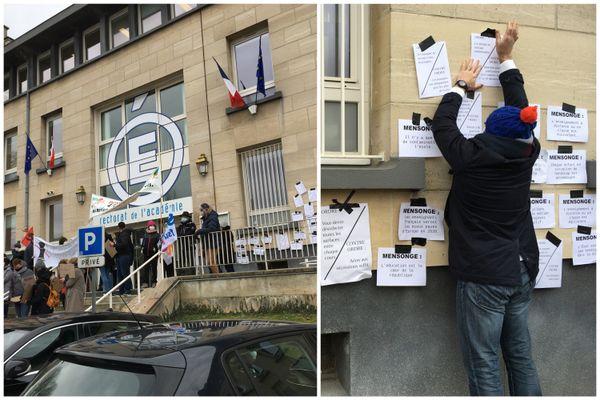"""À droite de l'entrée du rectorat, scotchage des """"mensonges"""" gouvernementaux au sujet de la crise sanitaire et du monde enseignant."""