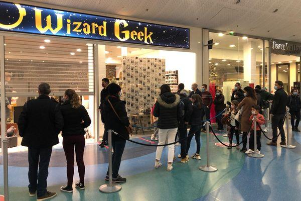 A l'ouverture du magasin ce dimanche, des dizaines de personnes faisaient la queue pour voyager dans l'univers du célèbre sorcier - 20 décembre 2020