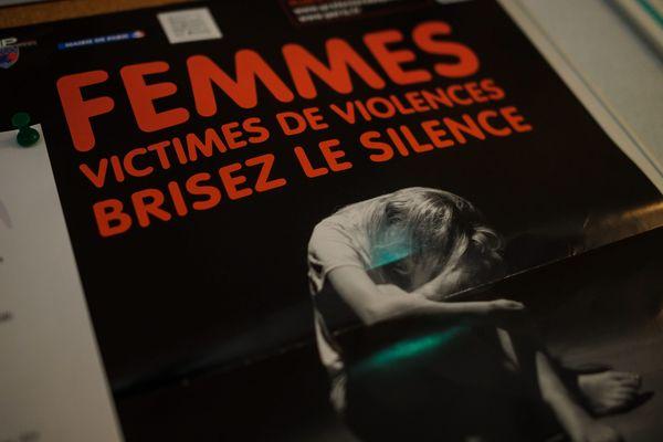 Une affiche de prévention au siège du centre d'appel de la fédération nationale solidarité femmes à Paris (photo d'illustration).
