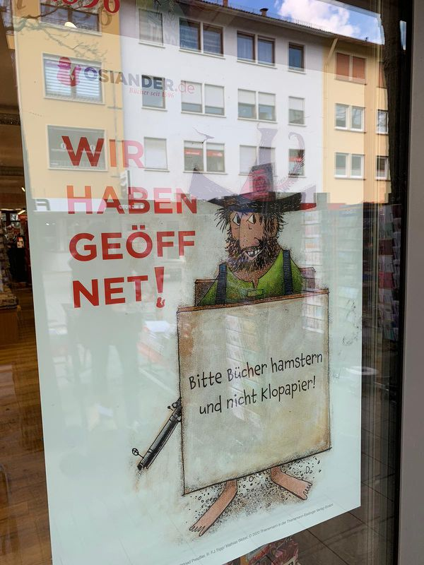 """Le Bandit Hotzenplotz dit """"Nous sommes ouverts ! Venez faire des achats compulsifs de livres, plutôt que de PQ"""""""