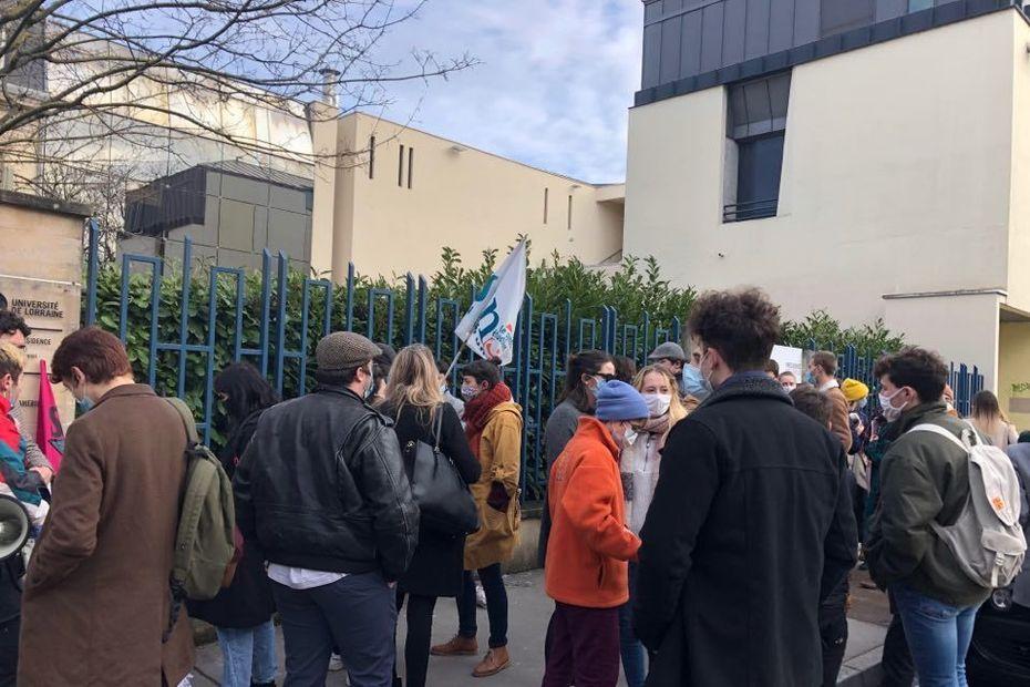 """Nancy : les étudiants manifestent devant l'université de Lorraine, """"il faut ouvrir les amphis !"""""""