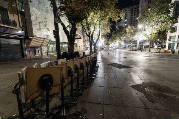 Illustration : Les terrasses sont rangées avant 21h, horaire de démarrage du couvre-feu dans les Bouches-du-Rhône.
