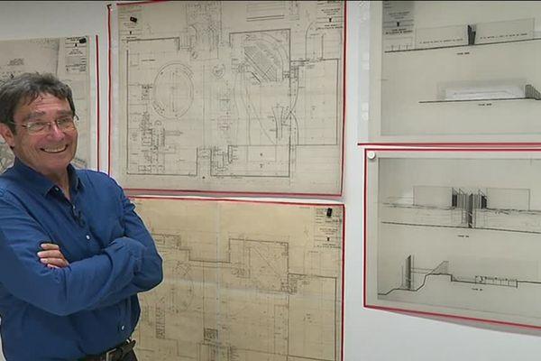 L'architecte Jacques Millet devant les plans du Mémorial de Caen