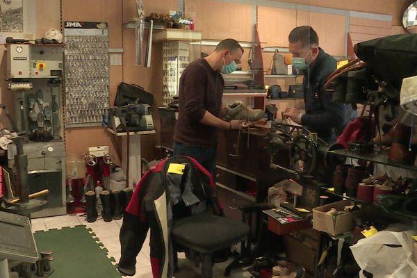 Pascal Rivet dépose chaussures, clés et montres à réparer de ses clients chez un artisan et revient les chercher