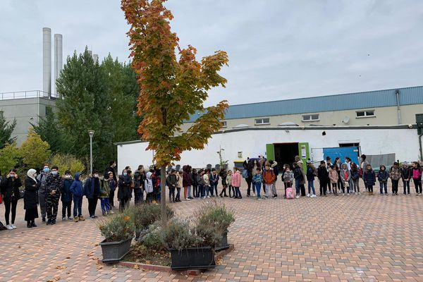 250 élèves ont respecté une minute de silence ce samedi 17 octobre en hommage au professeur décapité la veille à Conflans-Sainte-Honorine.