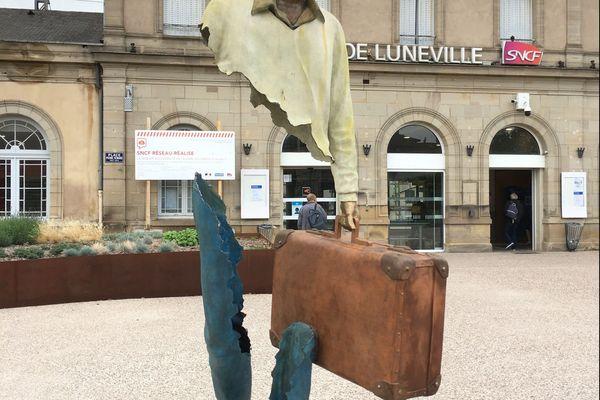 Statue monumentale de l'artiste Bruno Catalano devant la gare de Lunéville.