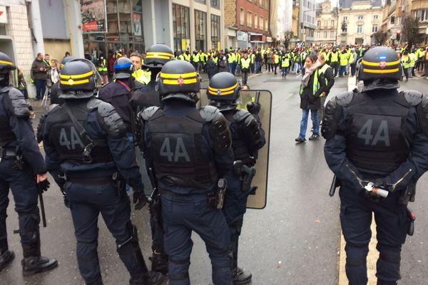 Face à face Police vs gilets jaunes, avenue Jean-Jaurès à Charleville-Mézières.