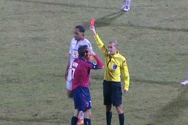 Le clermontois Nicolas Bayod ne veut pas y croire mais la sanction de l'arbitre est tombée : Carton rouge et expulsion du terrain pour le capitaine du Clermont Foot à la fin de la première mi-temps.
