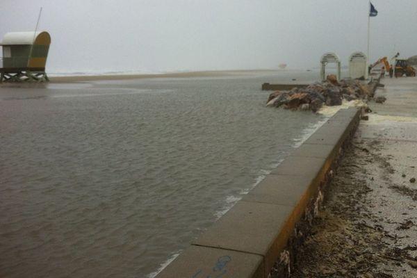 A Leucate-plage, la mer a fait céder la digue protégeant la ville.