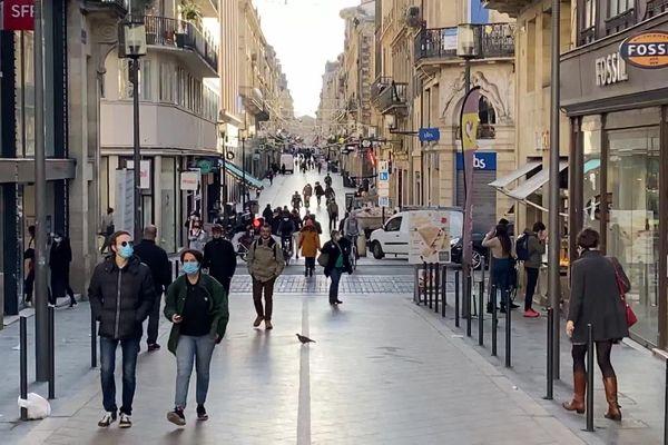 Dans la rue Sainte-Catherine, artère commerçante majeure de Bordeaux, la plupart des enseignes fermeront à compter de ce samedi 3 avril 19 heures