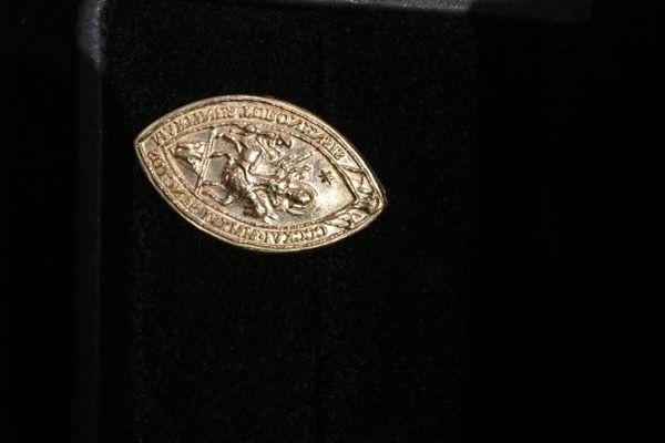 la médaille en or qui sera envoyée au pape François