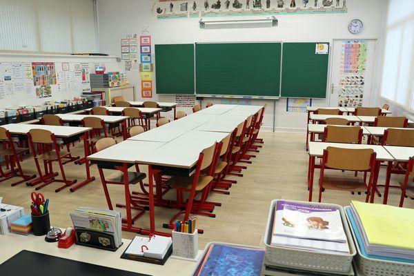 Une classe vide de l'école élémentaire du Fehlacker à Pfastatt (Haut-Rhin) pendant l'épidémie de coronavirus. Beaucoup de parents haut-rhinois préfèreraient que cela reste ainsi jusqu'aux grandes vacances.
