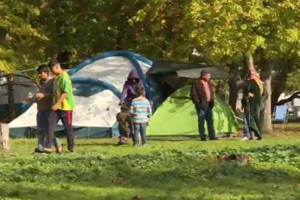 Quelques soixante-dix personnes, tous âges confondus, vivent sous des tentes aux abords du lac de Bordeaux à défaut de logement, dans l'attente de l'examen de leur demande du statut de réfugié