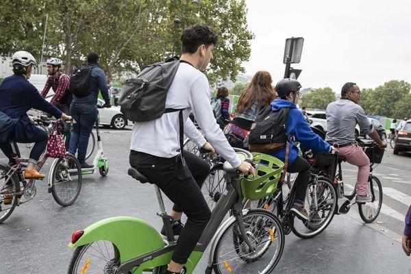Des Parisiens à vélo le vendredi 13 septembre, lors de la grève à la RATP.