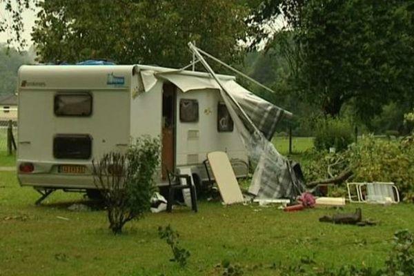 A Thiézac (Cantal), une caravane renversée par une bourrasque a tué sur le coup un septuagénaire.