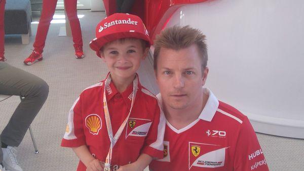 Le jeune Thomas est reparti avec une casquette et des chaussures aux couleurs de Ferrari