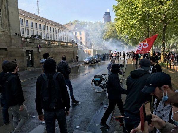 des heurts entre manifestants et forces de l'ordre devant la Préfecture de Nantes le samedi 1er mai 2021