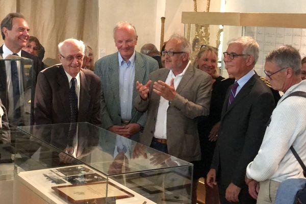 Michel Baudot (deuxième personne en partant de la gauche) n'était pas revenu à Evreux (Eure) depuis 74 ans. On le voit ici en compagnie de François Calame (3è depuis la droite), l'homme qui a retrouvé les carnets de Marcel Baudot.