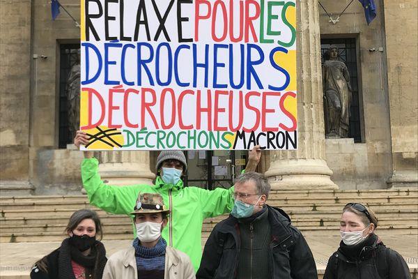 Les quatre prévenus, accusés d'avoir décroché le portrait d'Emmanuel Macron dans la mairie de Taissy, le 6 mars 2020.