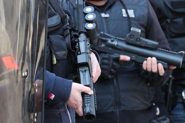 Des policiers équipés de LBD (LBD 40), lors d'une manifestation de gilets jaunes en France, le 6 avril 2019.