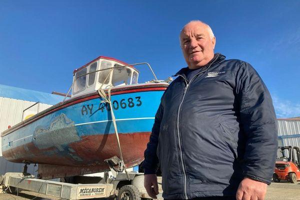 P'tit Jo et son bateau avec lequel il espère bientôt repartir en mer
