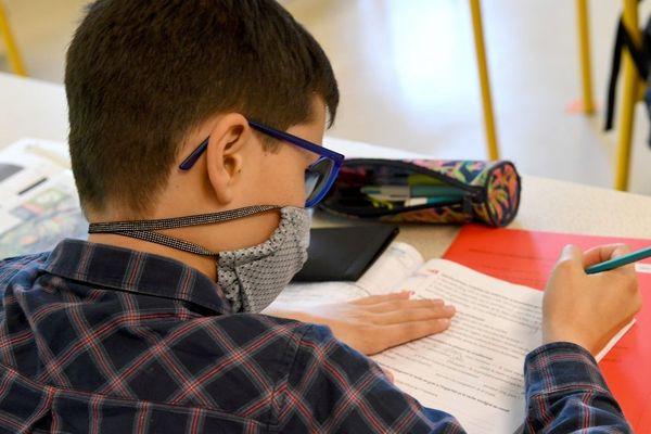 Lycéens et collégiens feront leur retour en classe à partir du 2 juin avec port du masque obligatoire (photo d'illustration)