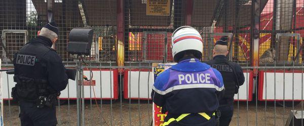 Pour parer à toutes éventualités, des policiers lourdement armés (calibre 12) étaient postés devant la cage des fauves