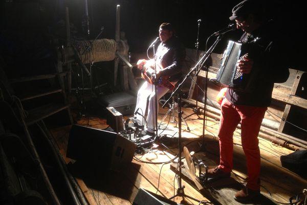 Le groupe traditionnel Castanha é Vinovèl s'est produit mercredi soir sur la scène de La Belle Cosnoise