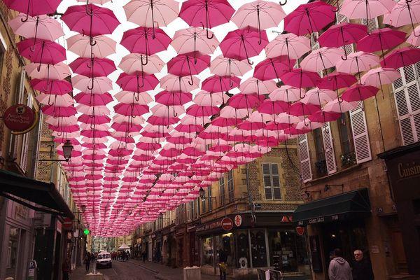 Des centaines de parapluies roses accrochés au-dessus de la rue du Moulin à Charleville-Mézières dans le cadre d'Octobre rose.