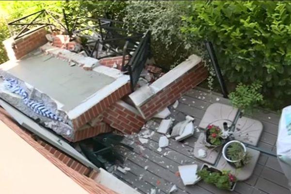 Le balcon du 2e étage a entraîné la chute de celui de 1er étage.