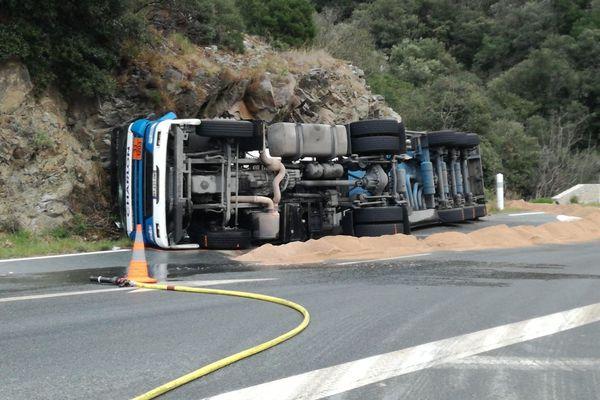 Un camion transportant 30000 litres de gazoils'est renversé sur le flan droitsur la D612sur la commune de Ferrières Poussarou(ouest de l'Hérault).La circulation se fait plus que sur une voie.
