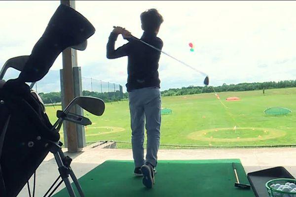 Un collégien au practice du centre golfique de Bois-Guillaume