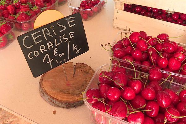 Peu de plateaux, beaucoup de barquettes de cerises cette année... Dans l'Yonne, le gel a sévit au printemps. Les cerises sont rares et leur prix a grimpé en flèche.