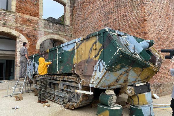 Sept élèves du lycée Le Corbusier de Tourcoing dans le Nord remontent le char pièce par pièce dans la cour de l'Historial de la grande guerre à Péronne dans la Somme.