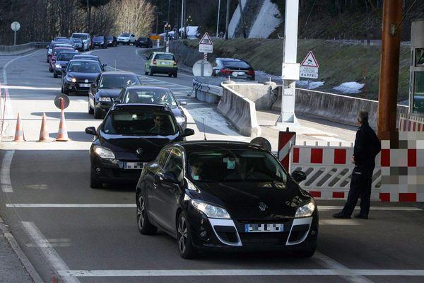 Les navetteurs de Bourgogne-Franche-Comté sont souvent des travailleurs frontaliers. Ici, à un poste de douane entre la France et la Suisse en 2012.
