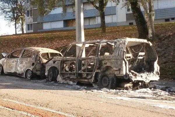 Deux voitures incendiées en face du stade de football, à la Bastide.