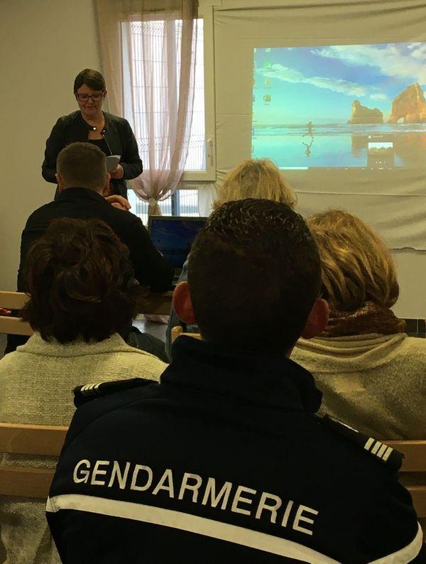 Virginie Legastelois, directrice du foyer Jacques Cornu à Bayeux, présente le dispositif OSYS