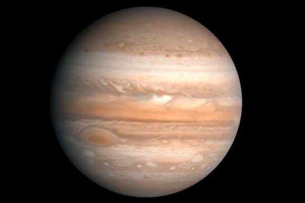 Jupiter, la plus grosse planète du système solaire compte pas moins de 60 satellites. Ici, une photo prise par Voyager 2 en 1979 (image retraitée en 1990 pour souligner les formations telles que la Grande tache rouge).