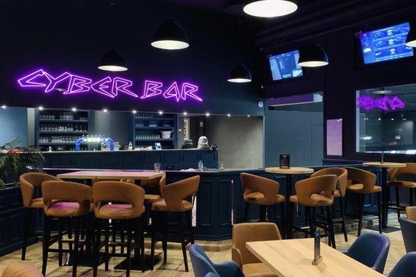 Le Cyber bar, où les gamers de l'espace EVA se retrouvent après leur session de jeu pour se détendre, boire ou manger.