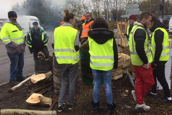 Une dizaine de personnes présentes sur l'aire du Pays du Gier à Saint-chamond surveillent les réseaux sociaux en attente d'un regain de mobilisation. La police a fait lever le blocage de la station-service. Le mouvement est en quête d'un second souffle en attendant samedi.