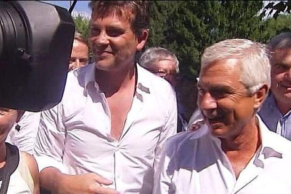 Arnaud Montebourg présente Claude Bartolone à l'ensemble des militants présents à Frangy-en-Bresse, dans une ambiance très décontractée