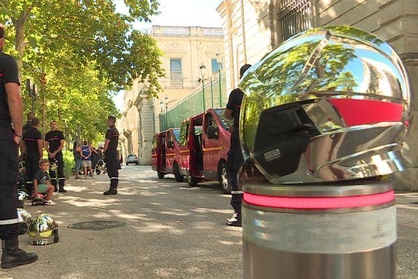 Les sapeurs-pompiers du Gard ont déposé symboliquement leur casque devant la préfecture pour dénoncer les agressions dont ils sont victimes en intervention - 24 août 2020